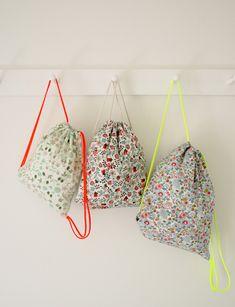 DIY Drawstring Bags / j'aime les bretelles fluo de ces sacs tout simples pour la piscine de Chloé