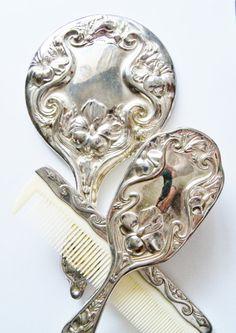 Mirror mirror on pinterest brush set vintage vanity and vanities - Objet vintage occasion ...