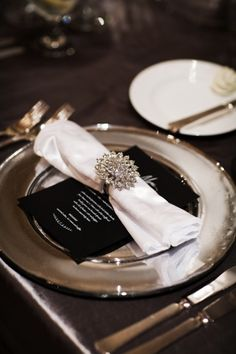 Black and white wedding place setting | photography by www.blogjerry.com/