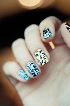Swirly henna like nails, very cool!