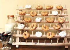Sirve los donuts en un soporte para hilos / Serve doughnuts on a spool stand