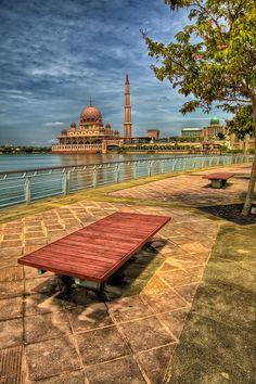 ✮ The Putra Mosque, or Masjid Putra the principal mosque of Putrajaya, Malaysia