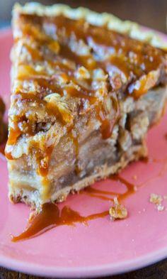 Caramel Apple Crumble Pie. Apple pie meets Apple Crumble meets plenty of gooey caramel. Easy, fast, 5 minute to assemble. Goofproof recipe.