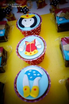 Wonder Woman themed birthday party : Cupcakes
