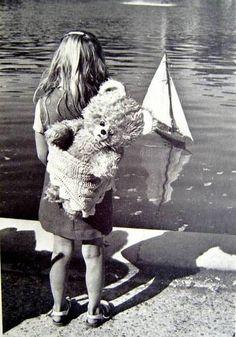 1980 PHOTOGRAPHE EDOUARD BOUBAT ENFANT LES TUILERIES PARIS