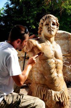 Kentauros Heykeli Çanakkale-Biga-Kemer köyünde bulundu.Heykel, MÖ 2. yüzyıla ait. Boyu 3 metre.