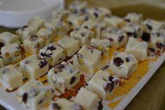 פאדג' שוקולד לבן עם חמוציות ופיסטוקים