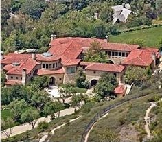 Bodybuilding, come actor, come governor of California is currently living in a temporary home in Brentwood that cost over $11 million. This estate boast 13,000 square feet in size and includes a screening room, a gourmet kitchen and a gym. Arnold Schwarzenegger also has to spend a lot of time in the state capital. Washington for work. Arnie doesnt own a home in DC but reportedly pays $65,000 per year for a hotel suite homes-of-celebrities