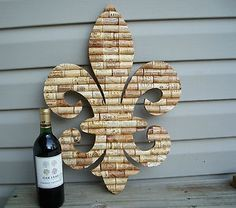 Love this fleur de  lis. Very inventive use of corks.