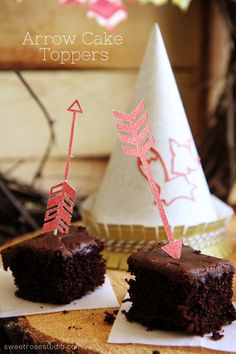 Create trendy Arrow Cake Toppers in a matter of minutes with this surprisingly easy tutorial at Sweet Rose Studio! #DesignSpaceStar