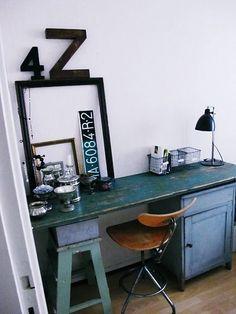 Un bureau industriel et vintage qui gagne en douceur avec son joli bleu.