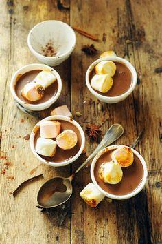 Half cream and half chocolate with spices and marshmallows | Dorian Nieto