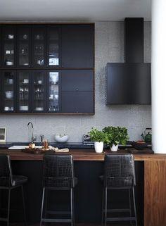 Minimalista com atitude. Veja mais: http://www.casadevalentina.com.br/blog/detalhes/minimalista-com-atitude-2863 #details #interior #design #decoracao #detalhes #decor #home #casa #design #idea #ideia #charm #minimalista #minimalist #charme #casadevalentina #kitchen #cozinha #preto #black #wood #madeira