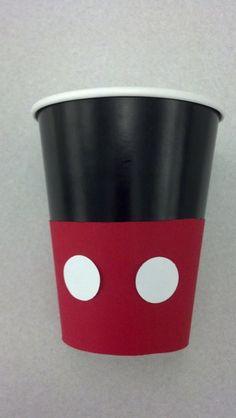 Vaso desechable de Mickey Mouse decorado con cartulina.