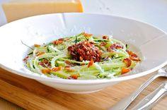 Squashspaghetti med tomat-mandel pesto, pancetta og parmesan   JulieKarlasKøkken