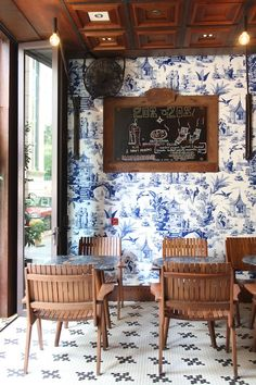 Blue and white chinoiserie wallpaper.
