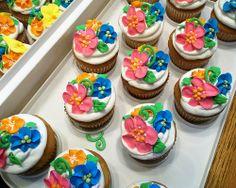 Tropical Outdoor Wedding cupcakes