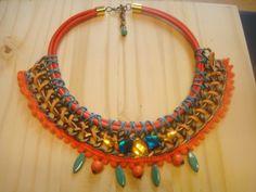collar babero naranja y turquesas