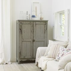 I love the grey cabinet
