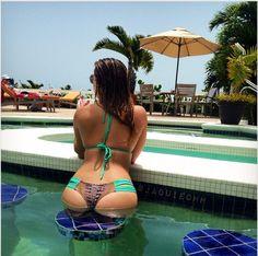 Jaquie takes a pool belfie in the Bahamas
