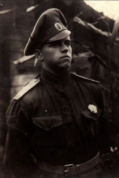Russian officer in 1917 displaying the white flower ofloyalty and honour: Many such young and idealistic menfought heroically in the White armies.