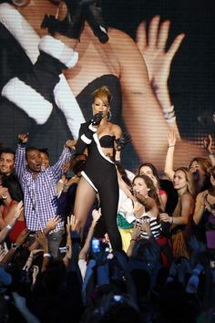 Rihanna wows fans while in concert in Miami!