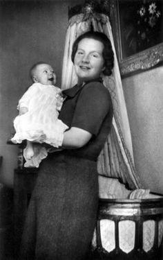 Prinses Juliana met haar baby Prinses Beatrix, april 1938