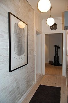 Lys grå dekor-mur-puss på rødbrun murvegg