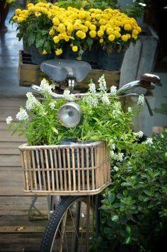 Bicicleta vintage con decoraciones de flores