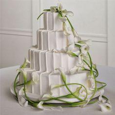Calla Lily Wedding Cake. http://memorablewedding.blogspot.com/2014/01/calla-lily-wedding-favors-and.html
