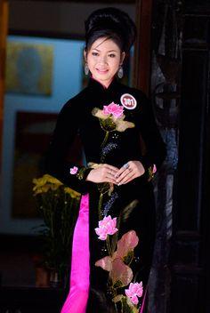 Người đẹp e ấp với áo dài nơi phố cổ.  Nguyễn Thị Diễm Hạnh, Quảng Nam.