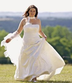 "Prenez votre envol dans une belle robe de mariée pour femme ronde! C'est une pièce que vous pouvez trouver chez Lambert Création // A beautiful plus size gown for larger brides, from the French store ""Lambert Création"""