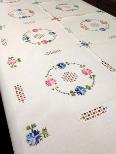 Mantel de Lagartera Bordado A MANO. Diseño con un círculo en deshilado o filtiré y un aro de flores bordadas en colores rodeándolo. Confeccionado en tela de Panamá de fácil planchado (Hilo de tergal 100%), pero es posible bordar este mantel en hilo, más tradicional y en cualquier tamaño. Se puede utilizar legía de color. 8, 12 o 18 Servilletas incluidas según tamaño. Producto fabricado en España. Puedes comprar manteles como estos en la tienda www.lagarterana.com