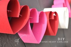 Un tutorial para hacer una guirnalda 3d para San Valentín, de Green Wedding Shoes / A tutorial for a 3d heart garland, from Green Wedding Shoes