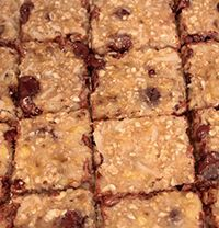 Clean Oatmeal Bars Ingredients: 3 bananas 1 cup oats 2 tbsp ground flax seeds ½ cup coconut flakes ½ cup dark chocolate chips* *Vegan chocolate chips are available at many health food stores. Directions: 1. Preheat
