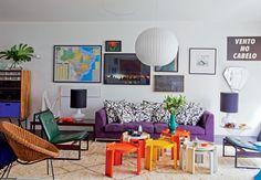 A sala do arquiteto Mauricio Arruda tem mobiliário retrô e flexível, como as mesinhas empilháveis de bakelite e as poltronas dos anos 1950