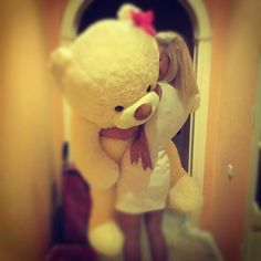 I've always want to be given a giant teddy bear for V-day!! <3
