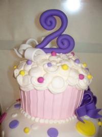 I love the big cupcake cakes!