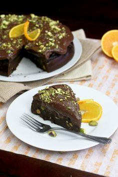HEALTHY FLOURLESS CHOCOLATE AND ORANGE CAKE  3 cups chickpeas  3 tbsp + ½ tsp baking soda  200g pitted dates  The juice and zest of 2 oranges  2 eggs  4 egg whites  1 tsp baking powder  ¾ cup extra dark cocoa powder  ¼ cup water  ¼ tsp salt  Splash pure vanilla extract  ½ cup pistachios, chopped