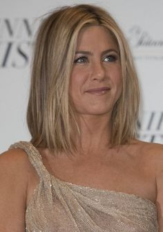Jennifer Anistons blonde, shoulder-length hairstyle