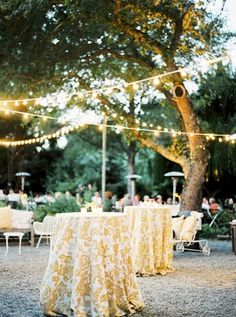 Gorgeous gold sparkle table linens | My Dream Wedding