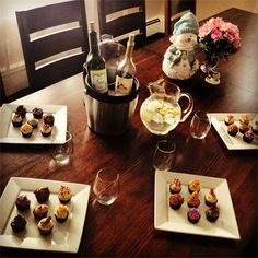 platos blancos sobre mesa madera