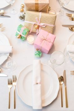 Replace red with pink for a fun twist on the traditional Christmas color scheme. #Holiday #TableSettings