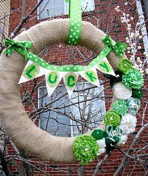 22 Decorating Ideas for St. Patrick's Day from @AllFreeHolidayCrafts holiday, burlap wreaths, craft, polka dots, burlap flowers, pearls, st patricks day, st patti, stpatrick