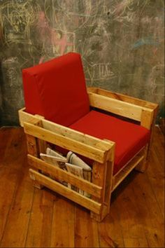 This pallet chair is so awesome! Reminds me of the 70's ;) #upcycle #recycle