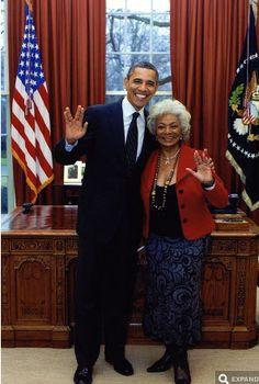 Barack Obama flashing the Vulcan salute with the original Lieutenant Uhura. (via Digg)