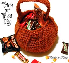 Pumpkin Trick or Treat Bag! Get the free crochet pattern from the Petals to Picots blog.
