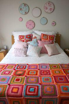 Combinación de manta y cojines en crochet