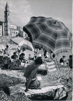 Italian Vintage Photographs ~ #Italy #Italian #vintage #photographs ~ In spiaggia a Recco. (Photo: Bruno Stefani, 1940-1960) #Recco #Riviera #Liguria #viaggi #vacanza #holiday #journey #vintage #retro
