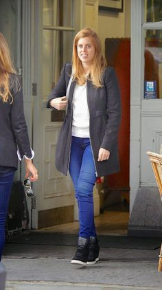 Princess Beatrice looked trendy as she stepped out to do a spot of shopping with her friends in Notting Hill on 15.10.2014
